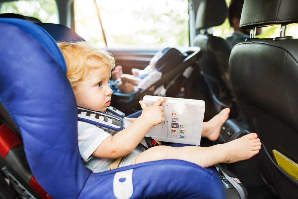 viaje coche con niños, niños en coche, viajar con niños coche, trayectos con niños coche